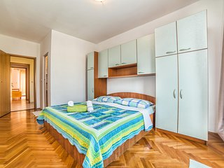 Spacious apartment very close to the centre of Barbat with Parking, Internet, Ai