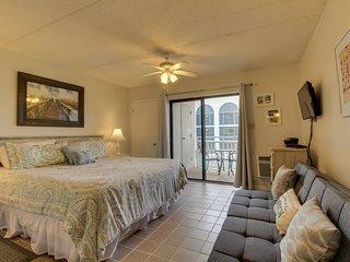 Gulf-front condo w/balcony, 3 shared pools, tennis & beach access