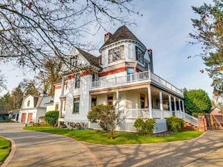 Victorian Era Mansion, One Mile to Pacific University, 25 Miles to Portland, Hot