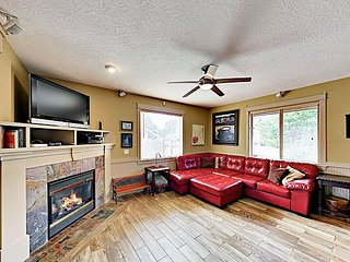 Posh & Private Home w/ Gas Fireplace & Hot Tub - 1.5 Miles to Beach