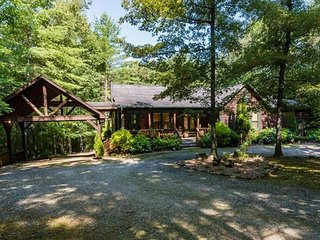 5 Bedroom log home with Creek Frontage!