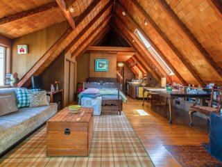 Upscale Treehouse Studio Cabin WiFi