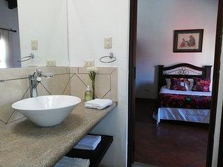 Amplio baño privado c  con vanity separado de ducha y toilete
