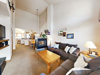 2BR w/ Private Balcony -- Walk to Granby Ranch