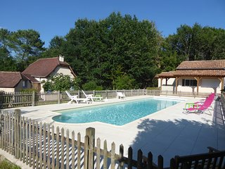 Gite de vacances situe au calme avec piscine chauffee de 16*4.