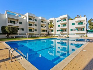 2 bedroom apartment near Praia dos Aveiros beach, restaurants and shops.