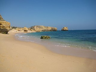 Albufeira 3 mins to Sao Rafael beach, free WIFI, Aircon, swimming pool, sleeps 5