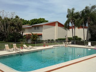 Townhouse-Style Condo in Quiet Complex with Palm Trees and Pool, Near Beaches