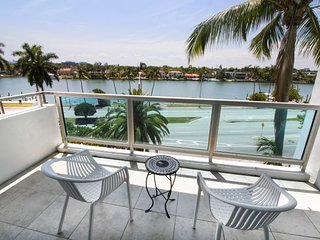 BEACH ESCAPE STARTS HERE, DELUXE 1 BR,  PRIVATE BEACH, CAFE , TENNIS, POOL