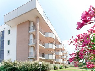 2 bedroom Apartment with Pool, Air Con and Walk to Beach & Shops - 5768711