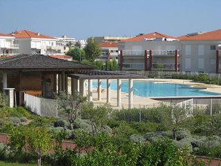 2 bedrooms, 6 guests, pool, parking, close to beach