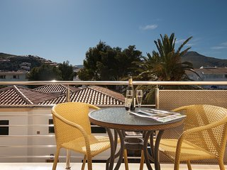 Modern Apartment with Private Shared Pool, 150 metres to the Beach