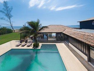 Linda casa com seis suites, de frente para a Praia Rasa, exclusividade, e servic