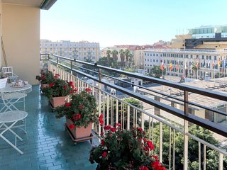 2 bedroom Apartment with WiFi and Walk to Beach & Shops - 5768709