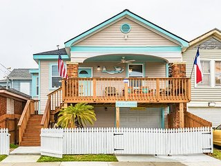 3BR w/ Kayaks, Bikes, Private Deck & Backyard - Walk to Beach & Pleasure Pier