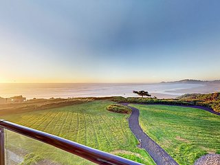 Fall Savings! Beachfront 2BR Lighthouse Lookout w/ Pacific Ocean Views