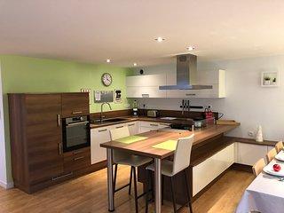 Grand appartement au centre de Larmor Plage, vue place et mer