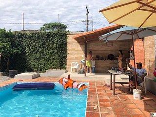 casa grande com piscina e churrasqueira