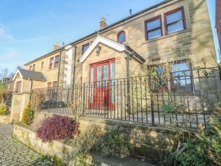 THE LILLIES, stylish house with country views, en-suite, garden, Matlock Ref