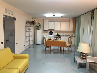 Spacious apt near the beach & Wifi