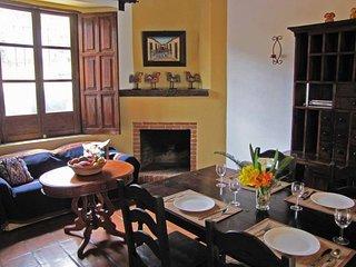 Apartamento La Chimenea - Central Antigua apartment with kitchen & fireplace