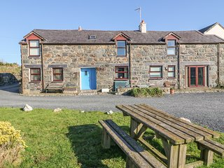HENDRE, exposed wooden beams, Smart TV, near Snowdonia, Ref 971568