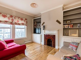 Comfortable 2 Bed Flat in Queen's Park - 3 mins to train!