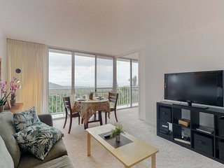 Oahu condo w/mountain/ocean views, shared pool, hot tub, near beach