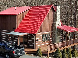 Jessie's Cabin-Beautiful Creekside Cabin with HOT TUB, Wi-Fi, Gas FP, Pets Consi