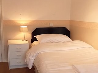 Jaylets Twin En-Suite 811 Bedroom with Shared Kitchen & Parking