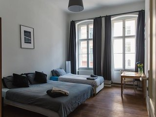 Private room - Hip, Chill, Huge Rm 4 business/vacation/play with Fan near Berghain & KitKat