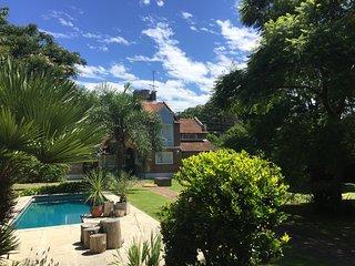 Calida Habitacion Privada con hermoso Parque, Pileta y tranquilidad.