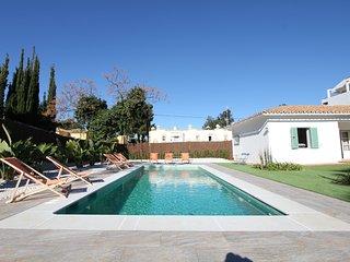 Villa in Artola, Marbella with pool and private gard