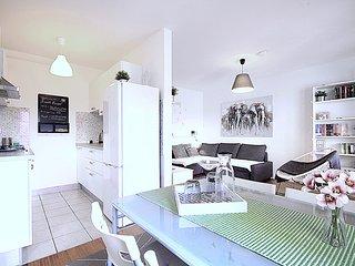'Sweet escape' studio apartment (balcony, garage)