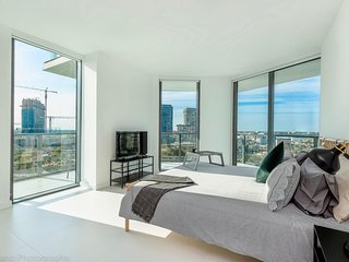 Modern 2-Bedroom + Den Apt with BayViews in the Heart of Miami!