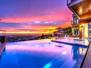 Panoramic City Views, Infinity Pool, Hot Tub & Grill