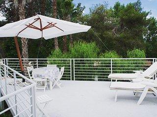 Villetta Laura con patio attrezzato, giardino e posto auto a 150mt dal mare