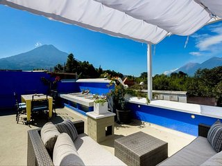 Casa Del Cielo: Stunning 4 BR home w Rooftop Views