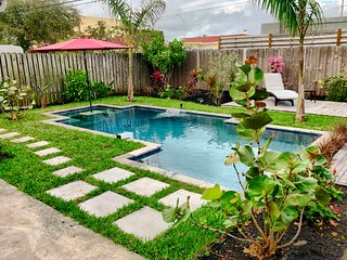 4 BDR 2.5 BTH Pool Home, minutes to beach! walkable to everything!