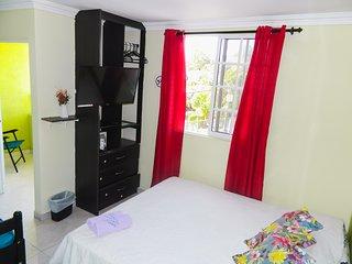 Habitacion triple privada (aire acondicionado), centrado y residencial.