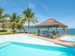 Linda casa com 8 suítes, com praia privativa em condomínio AR010