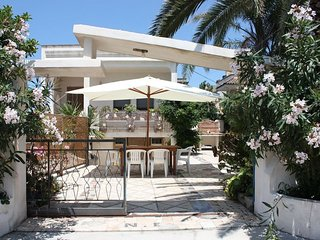 2 bedroom Villa with Walk to Beach & Shops - 5769449