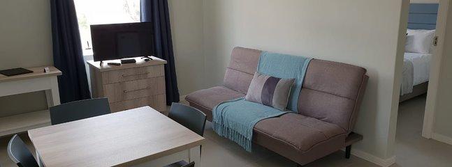 1 dormitorio con cama de matrimonio y sofá cama
