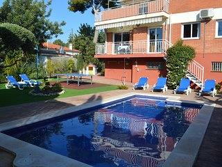 House with swimming pool, garden and barbecue