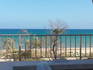 Mansarda con terrazzo sul mare, fresca, ventilata, solarium, sulla spiaggia,