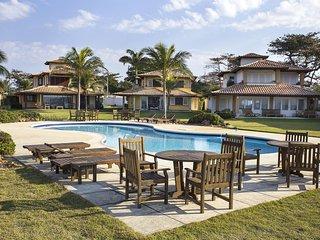 Linda casa com quatro suítes, frente mar, em condomínio em Manguinhos BZ054