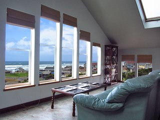 Whitewater Ocean Views! Spa, 800 SF Master, Secret Game Room, Heart of Nye Beach