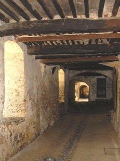 Rue couverte sous les remparts des anciennes fortifications des Nyons