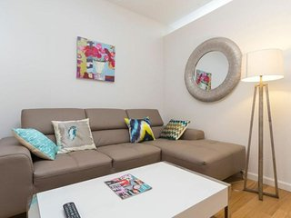 21G-LUXURIOUS HANOVER SQUARE 3BR-1BA APT