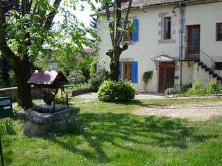 'La Folie' Split Level 1 Bedroom Courtyard Gite & Garden Area by Charente River